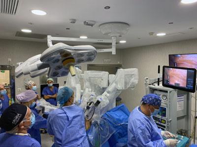 Especialistas usando el nuevo equipo de cirugía robótica instalado en el Hospital provincial