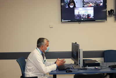Rafael Castro, subdirector médico, hace la presentación del hospital