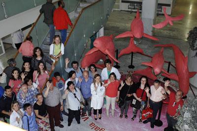 Pacientes, profesionales y responsables sanitario junto al conjunto escultórico