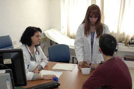 Profesionales atienden a un paciente