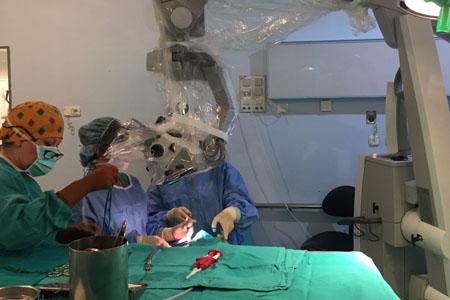 Neurocirugía quirófano. Extirpación de tumor cerebral con microscopio