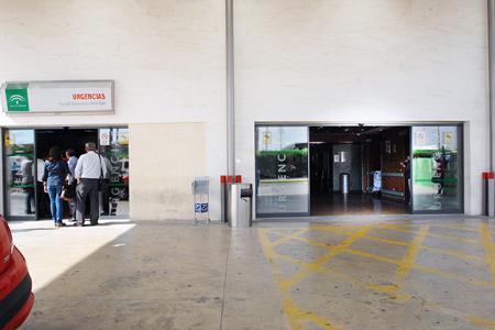 Accesos a la Unidad (peatonal a la izquierda y de ambulancias a la derecha)
