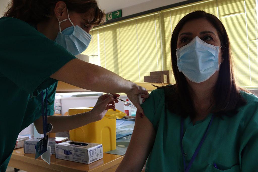 Decenas de profesionales del HURS han recibido la primera dosis