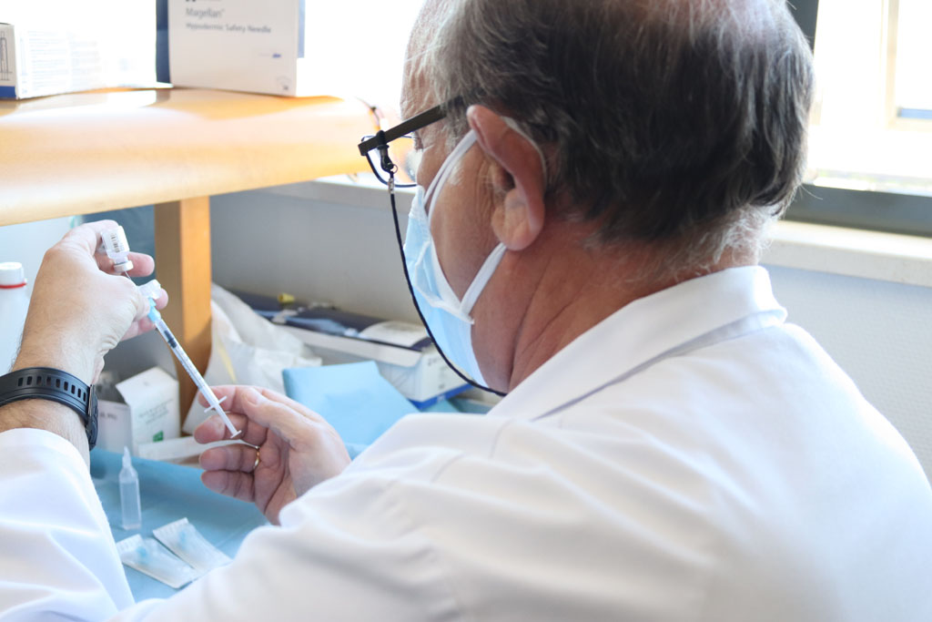Enfermero prepara la vacuna