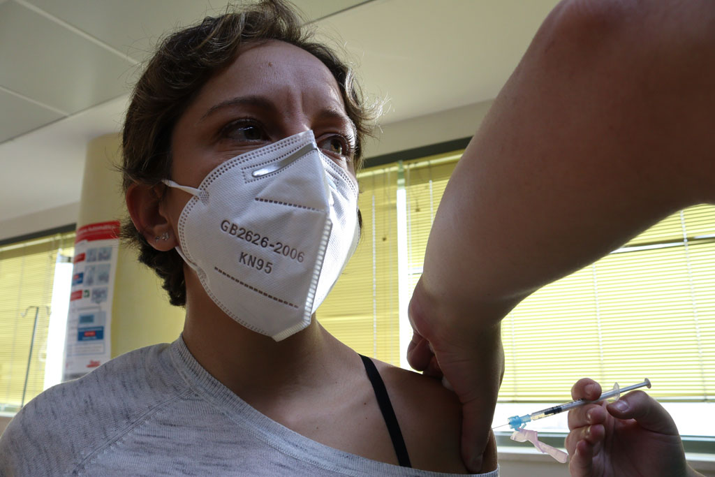 Enfermera de unidad covid recibe la vacuna