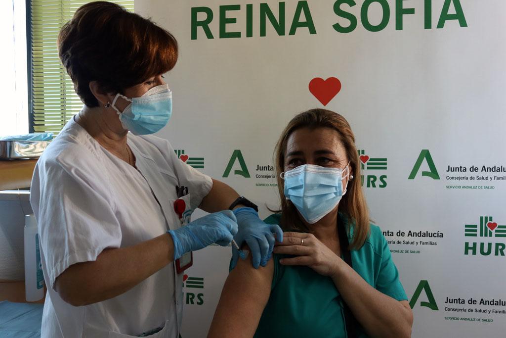 Susana, primera profesional vacunada en el hospital, recibe la segunda dosis