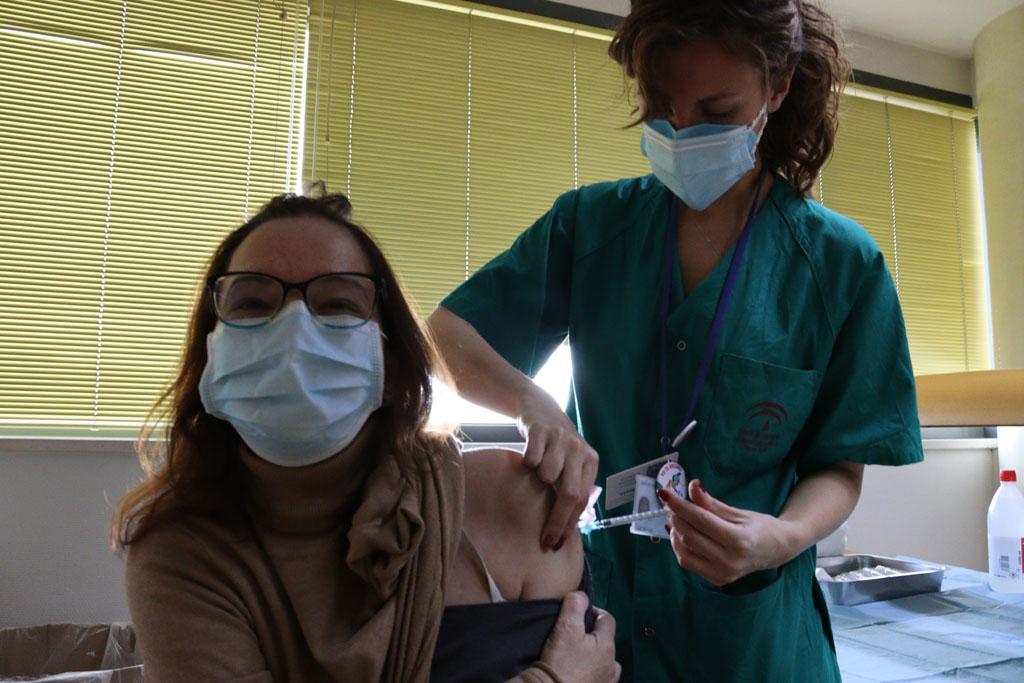 Los profesionales muestran su alegría ante la llegada de la vacuna