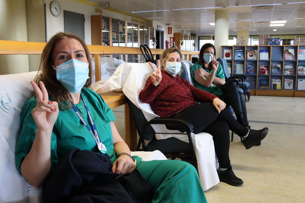 Profesionales esperan en la sala de recuperación tras recibir la primera dosis
