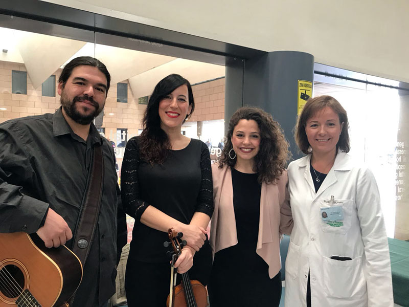 La directora gerente del hospital agradece su colaboración a los músicos