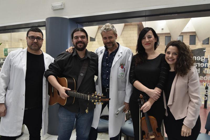 El tr¡o musical, el responsable de Otorrinolaringología y el Subdirector de Enfermería posan en un momento de la celebración