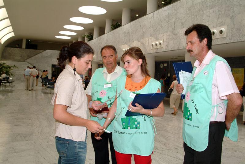 Actuación de las Patrullas Verdes invitando a los usuarios a  dejar de fumar dentro del hospital. 2004