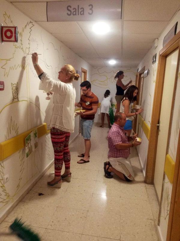 Primer equipo de voluntarios realizando un mural