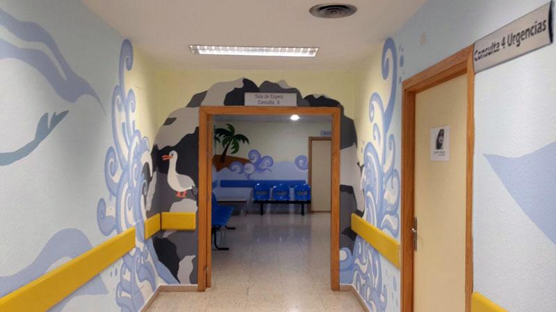 Pasillo y sala de espera de urgencias pediátricas.