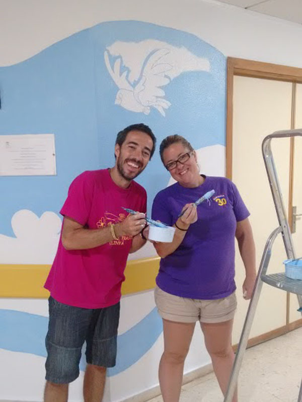 Una pareja de voluntarios, muy solidarios, que vienen desde Barcelona para echar una mano