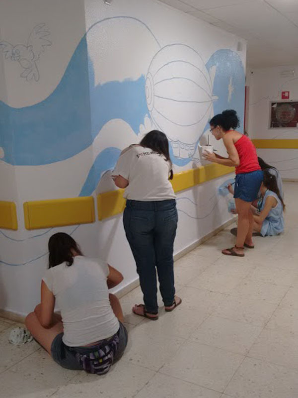 Voluntarias terminando de pintar el cielo