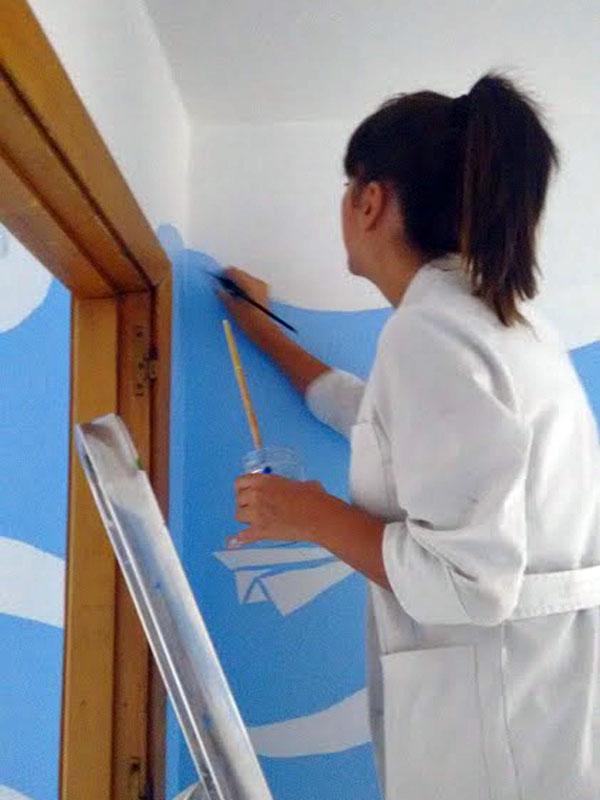 Una de las diseñadoras, Conchi, perfilando las líneas de las nubes
