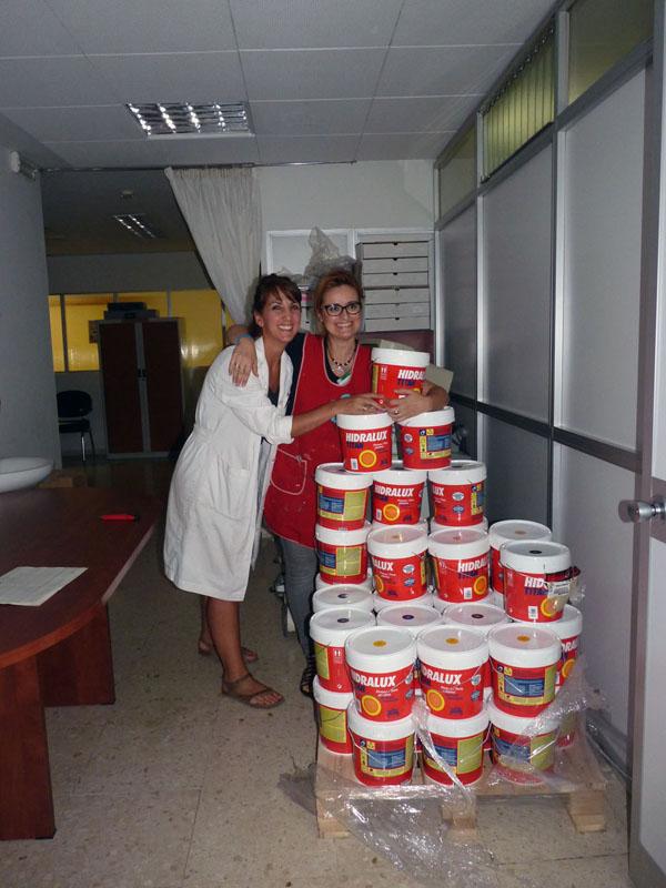 Carmen y Conchi con todas las pinturas que nos ha donado Titán