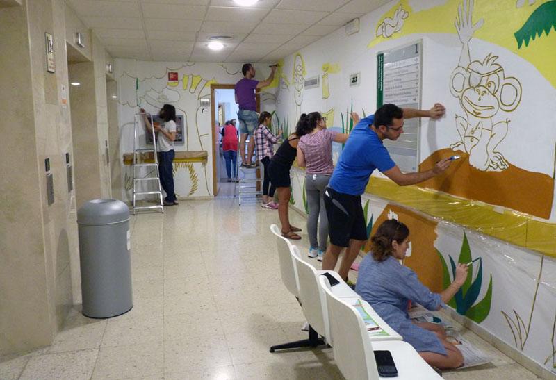 Voluntarios dando color a las paredes en la Isla del mono Lolo
