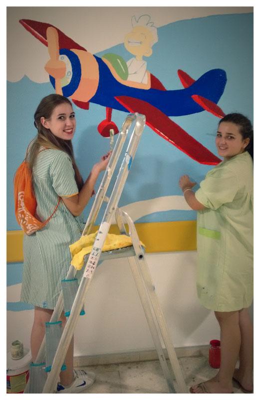 Nuestras voluntarias llenando de colores la segunda planta