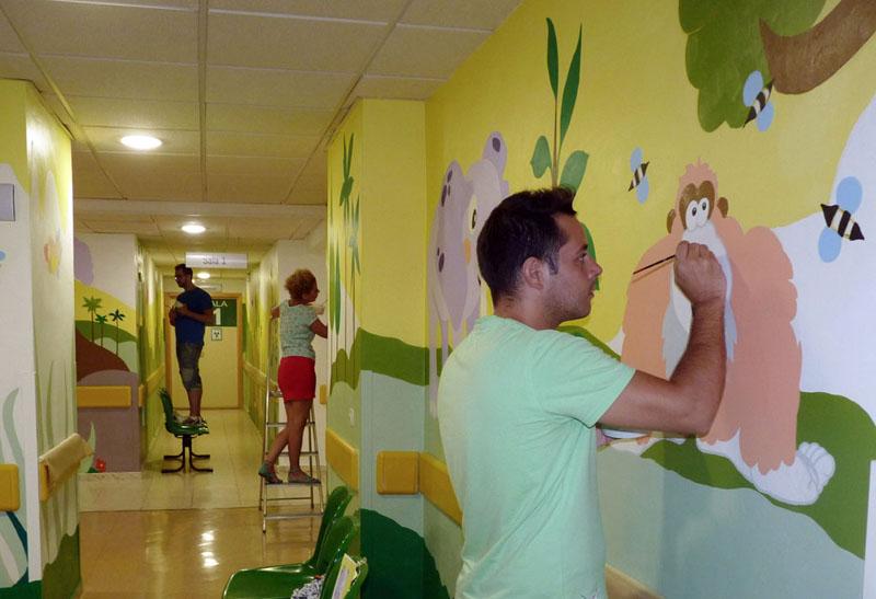 Voluntarios terminando los murales de la selva (rayos y extracciones)