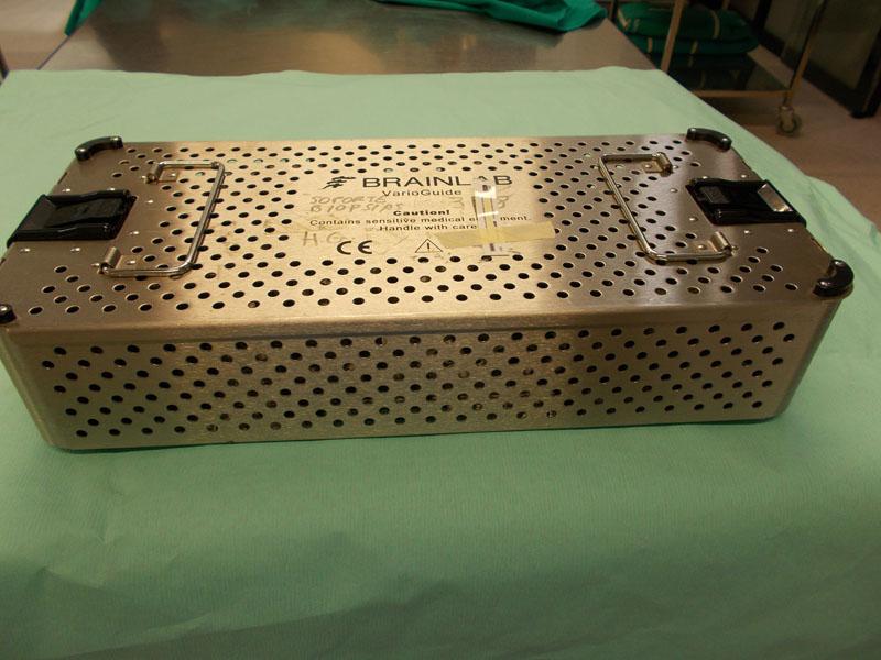 Contenedor de triple barrera=Cajas para envolver: contenedor de instrumental quirúrgico que para su esterilización, necesita de una triple barrera (papel verde crepado, papel tejido sin tejer absorbente, textil como protección para traslado)