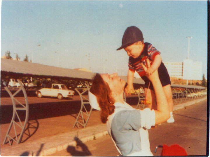 Despedida del pequeño tras recibir el alta. 1975