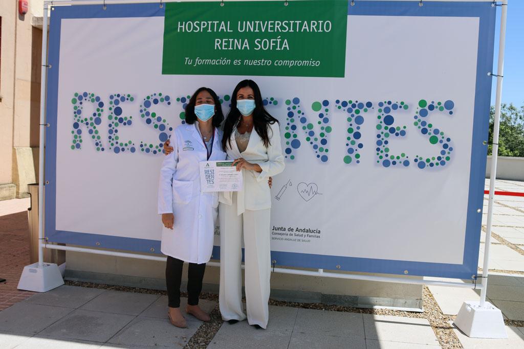 Rosario Carmona muestra su premio Profesor Doctor Carlos Pera