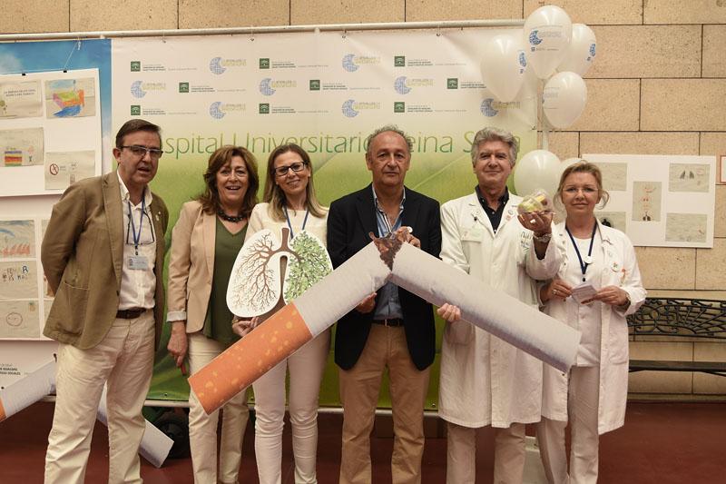 Profesionales del hospital celebran con fruta y sin cigarrillos el Día Mundial Sin Tabaco