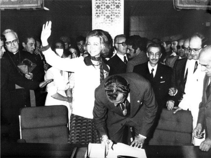 Don Juan Carlos y Doña Sofía firman en el libro de oro. 1976