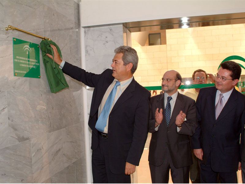 El consejero de Salud, Francisco Vallejo, inaugura el nuevo vestíbulo del Hospital General. 2003