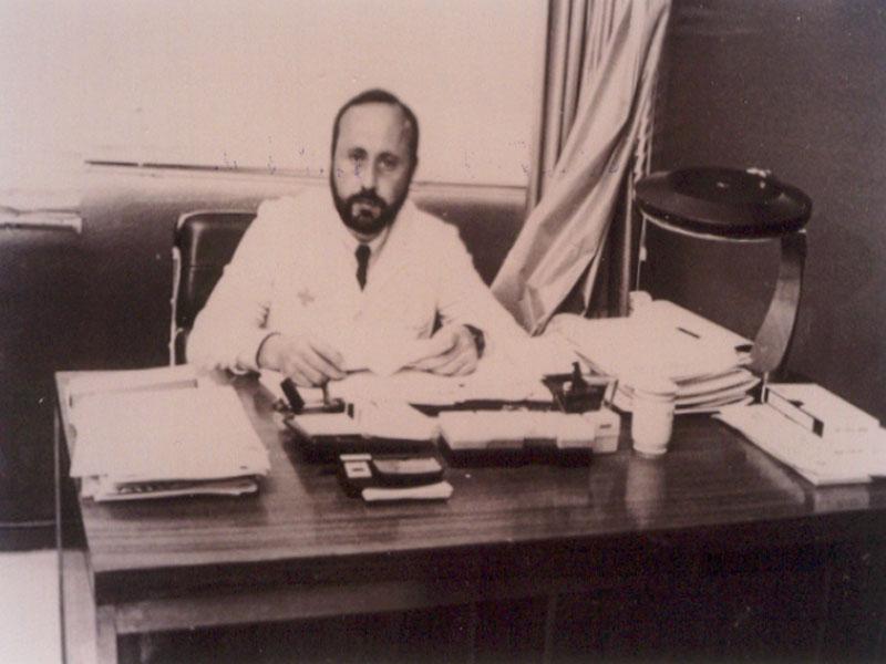 El doctor Antonio Torres, jefe de servicio de Hematología, en su despacho. 1982