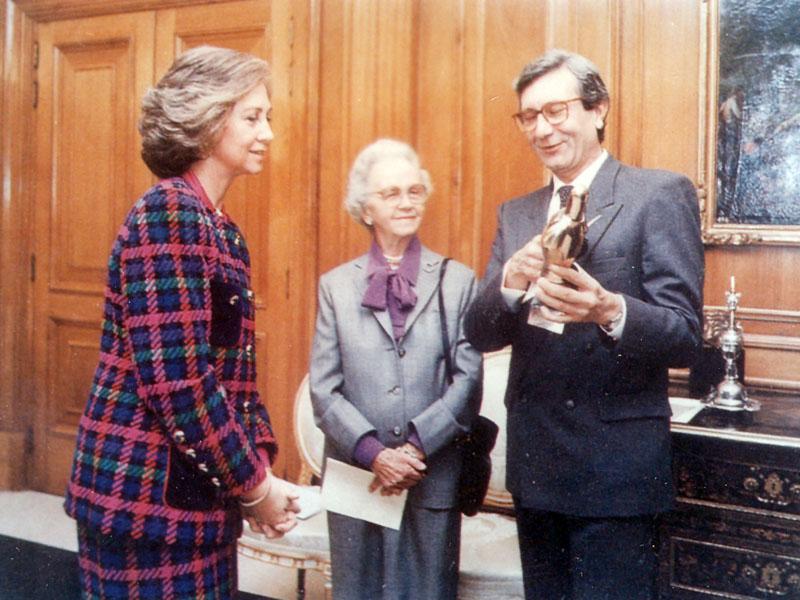 El doctor Pedro Aljama recibe de manos de la Reina Doña Sofía el premio a la investigación. 1994