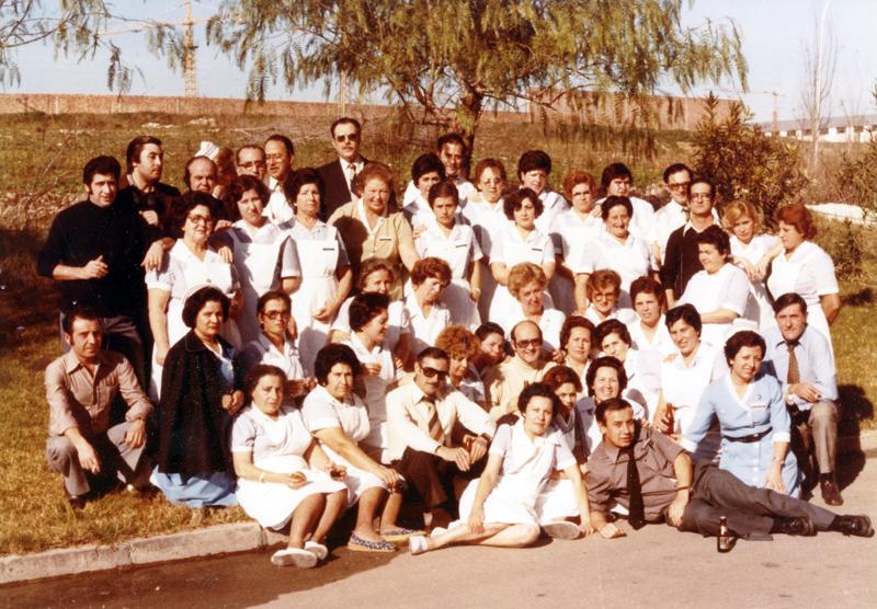 El personal de lavandería de punta en blanco. 1978