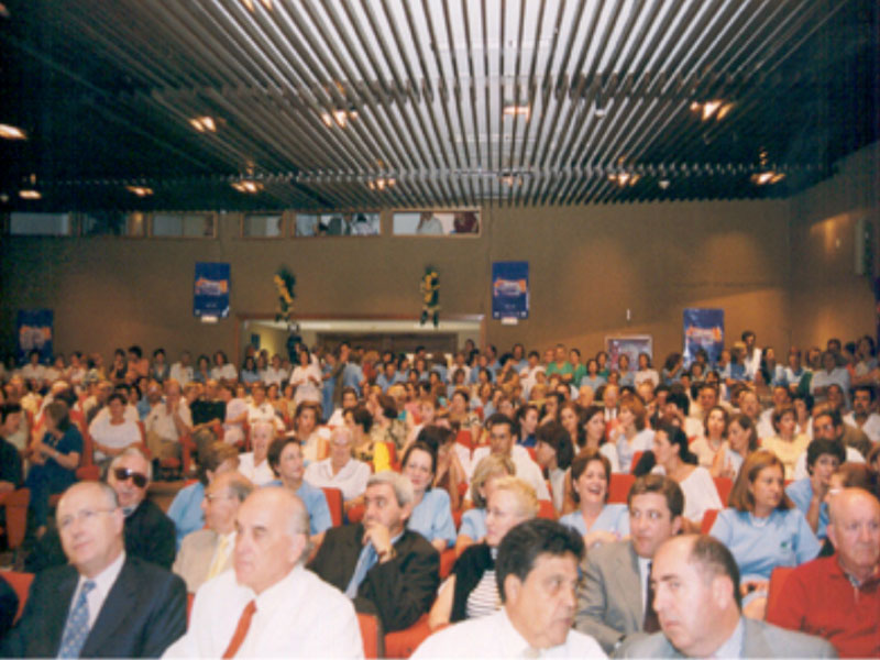 En primer plano, especialistas destacados durante estos 25 años en el acto de reconocimiento. 2001