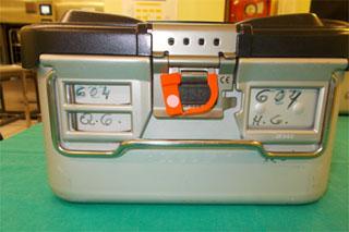 Contenedor quirúrgico configurado: contenedor quirúrgico que llega con instrumental limpio, configurado y precintado, solo para esterilizar.