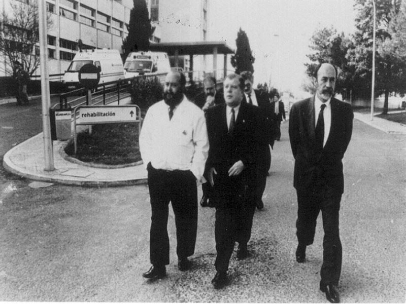 Gabriel Pérez Cobo, director gerente, acompañado por el consejero de Salud, José Luis Garcia de Arboleya. 1993