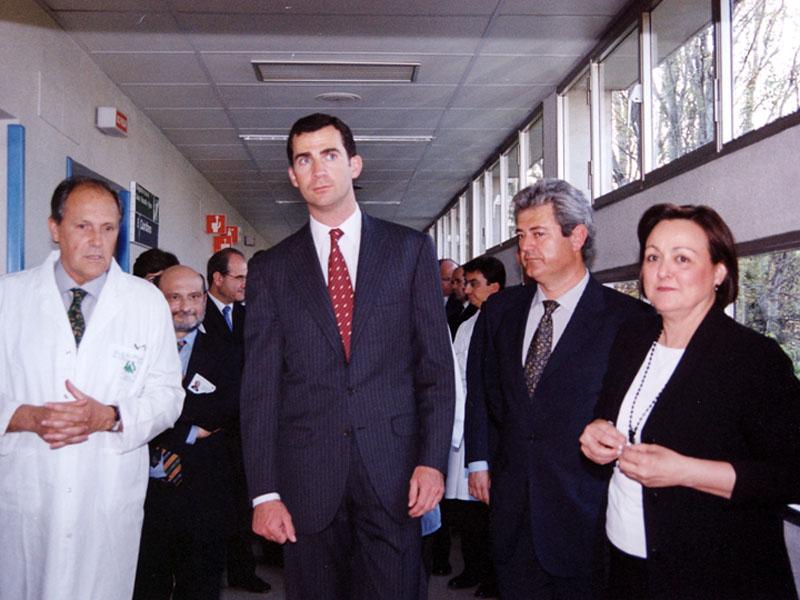 Gloria Farnós, directora de Enfermería, junto al Príncipe. 2002