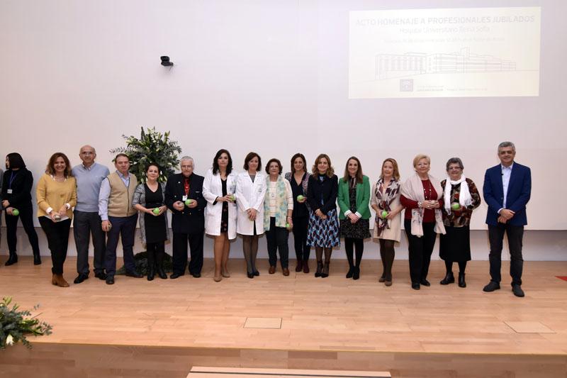 Autoridades y equipo directivo junto a profesionales de Enfermería