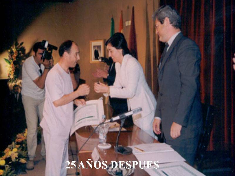Jose Luis López recibe un reconomiento por sus 25 años de trabajo. 2001