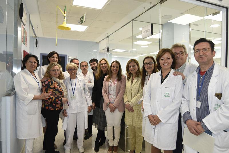 Autoridades y profesionales del laboratorio de Inmunologia