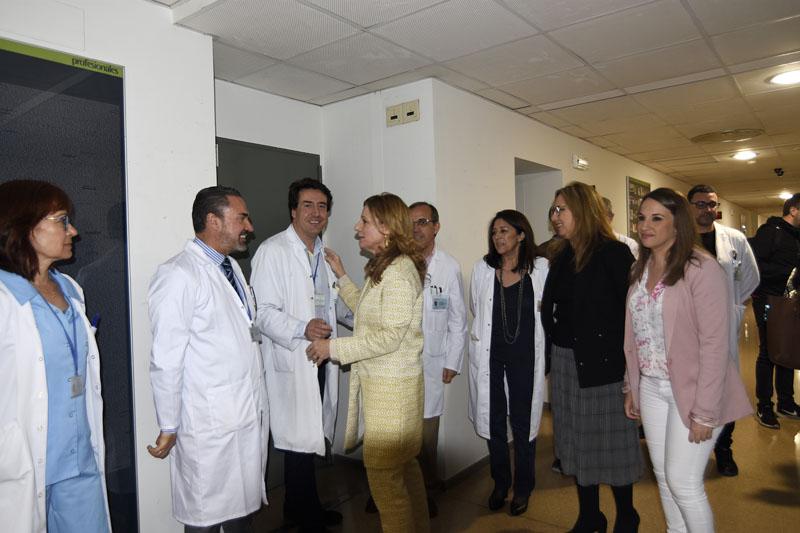 La consejera de Salud salud a los responsables de los diferentes laboratorios del hospital