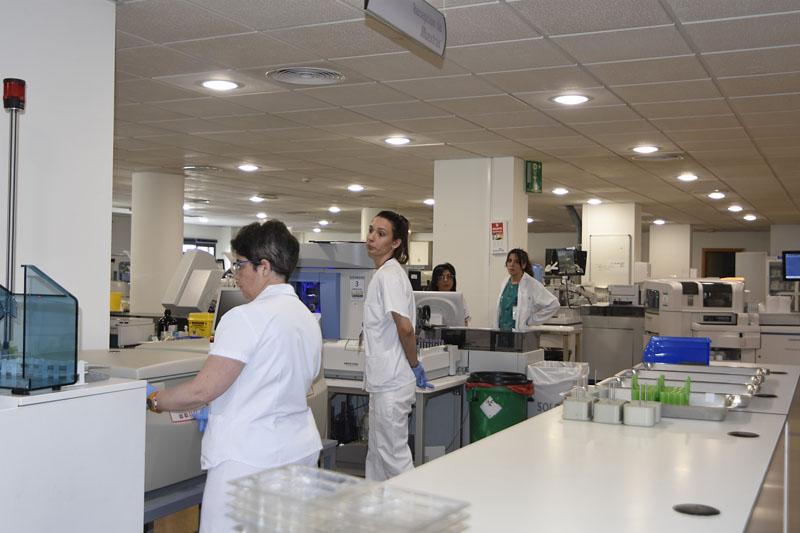 Profesionales del laboratorio de Análisis Clínicos
