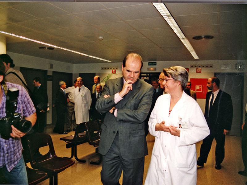 Manuel Chaves se interesa por el servicio de Urología y charla con la doctora Requena. 2002