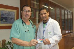 Juan Carlos Robles y Pablo Yunes posan con la tarjeta del donante