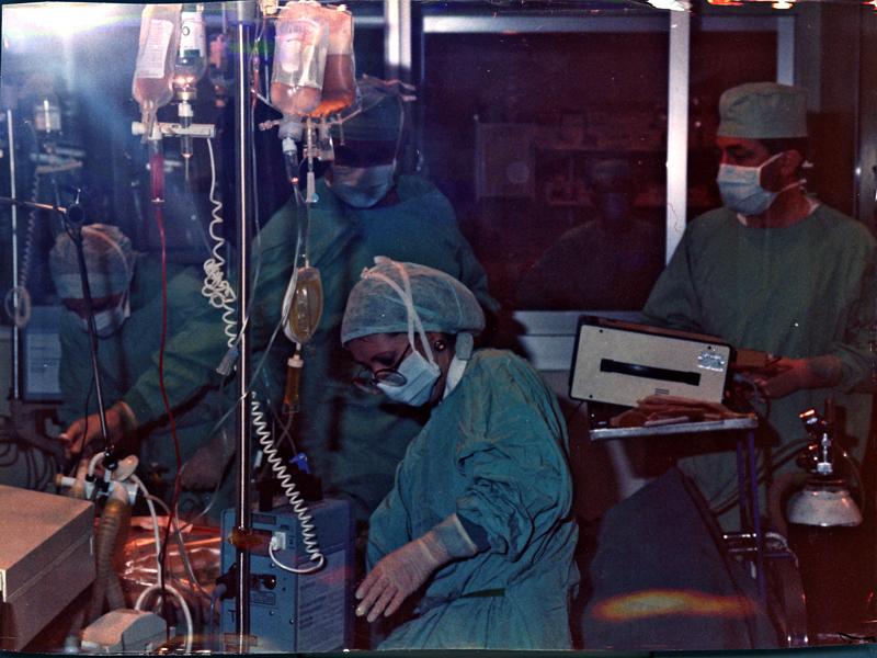 Profesionales en la UCI con motivo del primer trasplante cardíaco. 1986