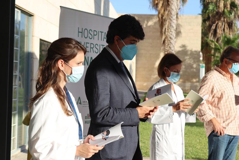 03 El equipo directivo del hospital, el coordinador de trasplantes y el coordinador del libro recitaron poemas