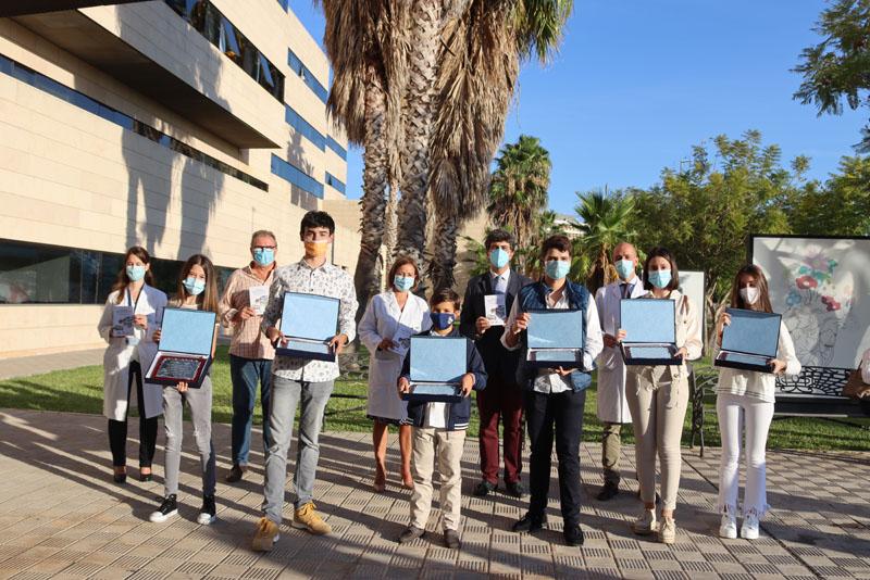 08 Los galardonados muestran su placa