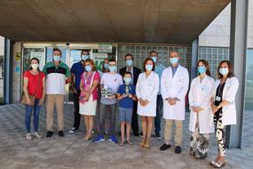 Los ganadores entregan los trofeos diseñados para los profesionales del hospital