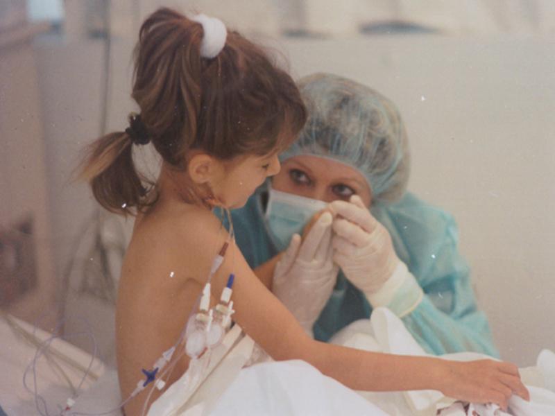 Una pequeña en la UCI después de ser trasplantada. 1996