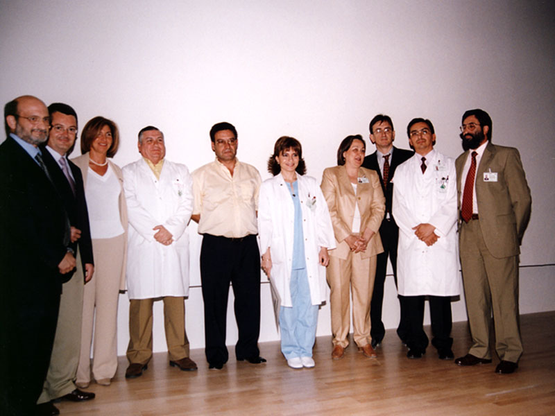 Uno de los momentos del acto de reconocimiento a los profesionales que clumplieron 25 años. 2003